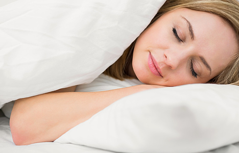 woman_sleeping_with_eyes_closed_in_bed